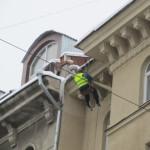 Cмелые харьковские альпинисты сбивают сосульки с крыш