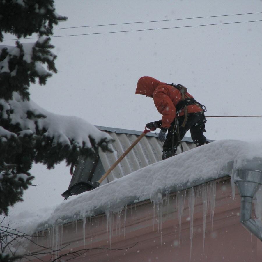 В Киеве сосульки на крышах будут сбивать альпинисты